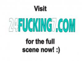 امرأة سمراء الساخنة فرك على بوسها أثناء الحصول على بوسها محشوة