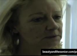 فتاة مرحة الشعر المجعد مارس الجنس من الصعب من قبل ديك قديم