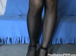 سيدة مثيرة ذات شعر أسود تحصل مارس الجنس من الخلف ، بينما على الأريكة