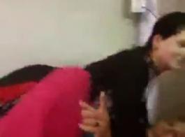 تقوم الفتيات الساخنة بلعق كس بعضهن البعض بعد مص القضبان الصلبة لجعل بعضهن البعض نائب الرئيس