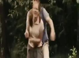 مشهد جريء حيث ينفجر الرجل على الصخرة