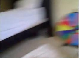 شقراء الساخنة نشرت ساقيها مفتوحة على مصراعيها ونزلت على ركبتيها لتمتص قضيب عشيقها الأكبر سنا