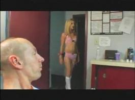 شقراء عاهرة على وشك تجربة النشوة الجنسية الأشد ، بينما يقوم رجل أسود قرني بعمل فيديو