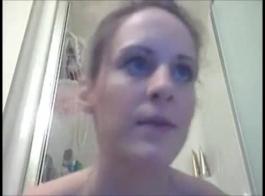 امرأة سمراء ذات العيون الزرقاء تتعرض للاستغلال الشديد من الخلف ، لأنها تحبها بهذا الشكل