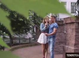 فاتنة شقراء في سن المراهقة تمارس الجنس أمام صديقتها ، بينما تراقب صديقته سرا