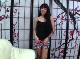امرأة سمراء الحسية في ملابس داخلية مثيرة سوداء