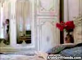 زوجان هواة يمارسان الحب في غرفة النوم
