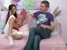 صغيرتي في سن المراهقة حلق بوسها أمام الكاميرا بينما كان صديقها يمارس الجنس مع مؤخرتها الضيقة