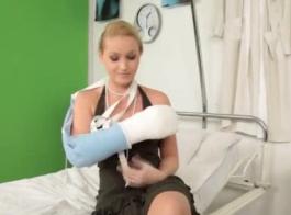 ممرضة شقراء توضح كيفية تقديم رعاية جيدة لمريضها في مستشفى ميداني عن طريق ألعاب الهرة