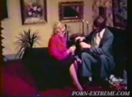 تحصل الجدة القذرة على الكثير من المال لممارسة الجنس مع شاب أصغر سنًا