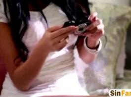 السيدة الساخنة ذات الشعر الداكن ، فيكتوريا بيور لا تمانع في الظهور عارية أمام الكاميرا