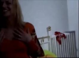 أخذت الفتاة الشقراء لارتداء سراويل داخلية مثيرة أثناء الغش على صديقها مع زوجها