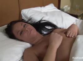إيمي أشلي هي فاتنة شقراء لطيفة تحب ممارسة الجنس العرضي مع رجل وسيم