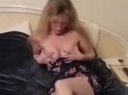 شقراء في سن المراهقة قرنية ترقد على السرير ، بينما صديقتها السحاقية هي بالإصبع بوسها