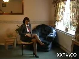امرأة شقراء أنيقة في الملابس الداخلية السوداء وسيور ، مايا على وشك تجربة هزة الجماع
