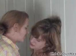فاتنة الاسترالية مفلس ، ليلي سيمونز تحب ممارسة الجنس حتى يبدأ جسدها في الشعور بالراحة
