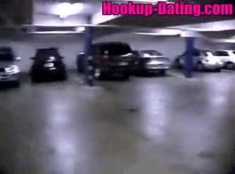 جبهة مورو بصورة عاهرة ذات شفاه زرقاء تمد بوسها الوردي أمام الكاميرا لكسب بعض النقود