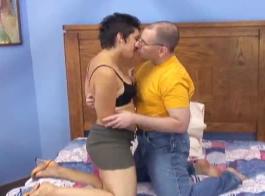 تم ربط امرأة سمراء الساخنة مع رجل في الملهى الليلي وحصلت مارس الجنس من الخلف