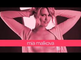 ميا مالكوفا تئن بينما حبيبها يلعق بوسها المشعر ، مثل الجنون