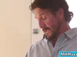 رجل يمارس الجنس أمام حمام الفقاعات