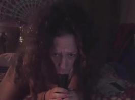 جبهة مورو شقراء رشيق ، مورجان جيمس يركب قضيبًا مثل آلة سخيف ، على الأريكة
