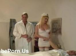 ممرضة كبيرة الثدي ، جينيفر وايت مارست الجنس البخاري مع مريض صغير ، بينما كانت على سرير المستشفى