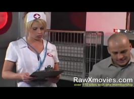 لا تعرف الممرضة الشقراء الساخنة عن الكاميرات لكنها تحتاج إلى ديوك كبيرة جيدة لتشعر بالرضا