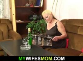 لطالما أرادت الأم الشقراء التي ترتدي قميص الساتان أن تمارس الجنس بشكل جيد ، حتى تقوم بداخل صديقها