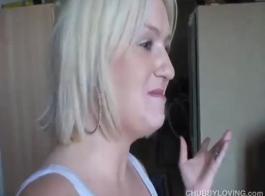 امرأة شقراء حسية تحب ممارسة الجنس مع الرجال السود في غرفة النوم ، قبل ممارسة الجنس
