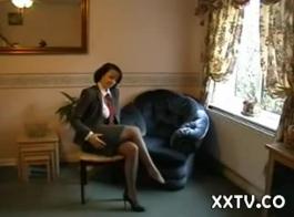 امرأة سمراء أنيقة تلعب مع بزازها الكبيرة بينما تتعرض للخبط في وضع هزلي