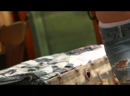امرأة سمراء وحيدا استمناء في الفناء الخلفي