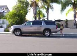 حصلت الفتاة الآسيوية الصغيرة على المال لامتصاص قضيب الرجل ، لأنها كانت بحاجة إلى جنس سريع