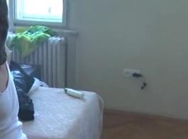 جنسي امرأة سمراء نموذج عارية عاريات في تخزين أصفر