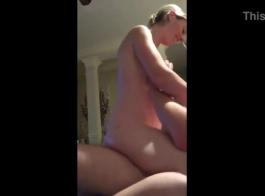 امرأة شقراء مذهلة ذات ثدي كبير ترتدي فستانًا ورديًا وتمارس الجنس بدلاً من القيام بعملها