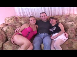 فتيات مثيرات يمارسن الجنس أمام الكاميرا لكسب بعض النقود من أجل الحلبة