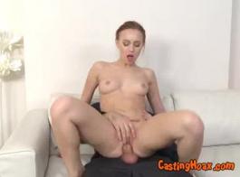 فيكتوريا شوكة صغيرة شقراء في سن المراهقة مارس الجنس من قبل صديقها