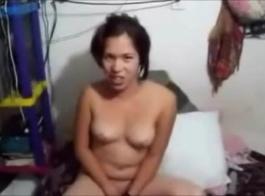 تقوم فريدا كروز وصديقتها بتنظيف سرير قديم وإجراء علاقة ثلاثية مع زميلتهما الجديدة في السكن