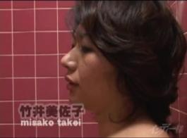 غريب شقراء سيدة مع كبير الثدي يضع لها الجنس الأرجواني لعبة عميقة في بوسها حليق