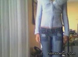 في سن المراهقة الطازجة شرائح قبالة قميصها لإظهار الحمار