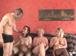 يمارس الفاسقات الألمان الغريبون لعبة رباعية برية في عربدة عامة ضخمة في غرفة فندق