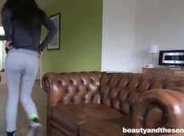 امرأة سمراء رائعة في سن المراهقة ، ليلي ورفيقتها في الغرفة تمارس الجنس في غرفة نومها ، بدلاً من الدراسة