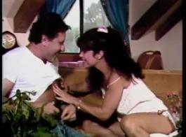 امرأة سمراء ناضجة تلعب ألعابها الجنسية مع جارتها ، بينما زوجته في العمل