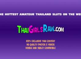 مدلكة تايلندية صغيرة تمارس الجنس مع موكلها ، بينما تستحم في حمام مريح
