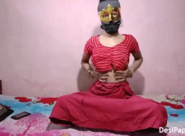 قرنية الهواة الهندي فاتنة في العمل التبول التبول
