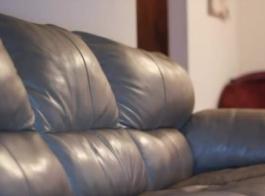 امرأة سمراء مفلس مع النظارات تمتص قضيبًا صلبًا من الصخور وتحشوها في غرفة نومها