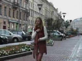 فاتنة الحسية يسعد صديقها بينما عشيقته خارج المدينة