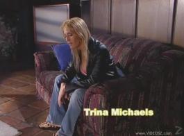تئن السيدة باريس مايكلز بينما يلعق شريكها كسها ، واحدة تلو الأخرى