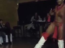 تقوم الراقصة الساخنة بتعليم كتكوتها الراقص المثير كيفية القيام بعمل روتيني مثير ، بما في ذلك ممارسة الجنس مع كس