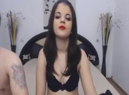 امرأة سمراء الساخنة يحصل بوسها ومارس الجنس الحمار ضيق