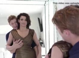 يقف بيكي سيكستون أمام رجل ويأخذ قضيبه الضخم في بوسها المشعر